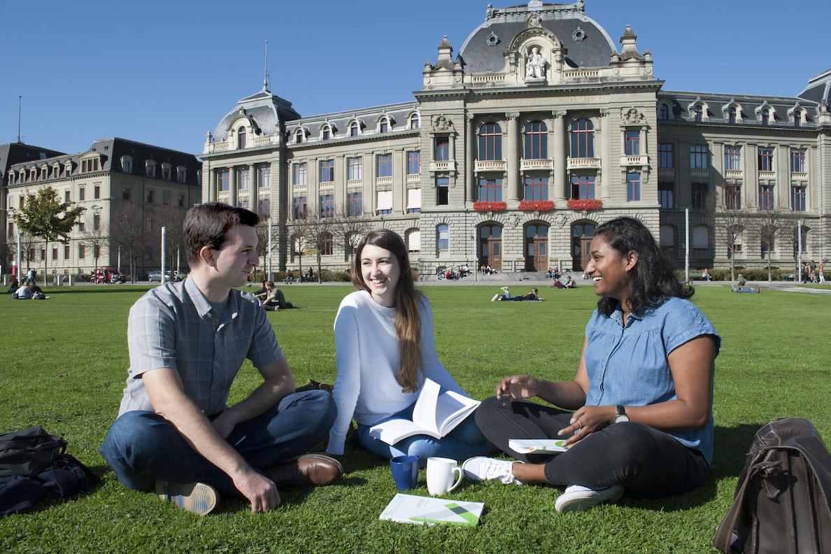 """Informationsbroschüre """"Summer School Programs in Bern"""""""