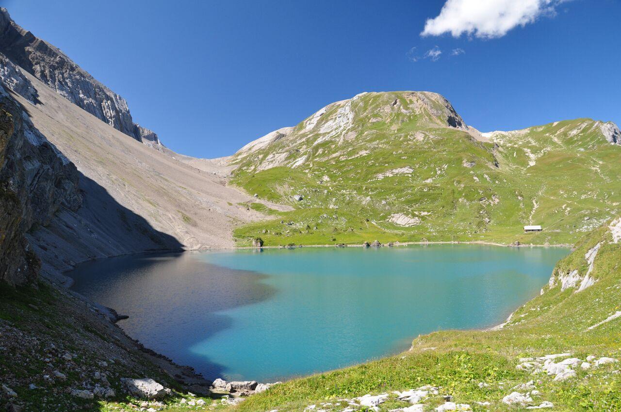 Der Iffigensee oberhalb der Lenk im Berner Oberland. Die Analyse von hier gebohrten Sedimentkernen ermöglichte die Rekonstruktion der lokalen Vegetationsgeschichte. (Bild: Christoph Schwörer)