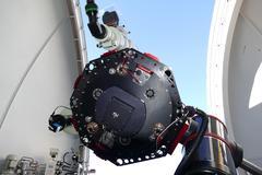 in der Mitte ist das grosse «DeepSky»-Teleskop zu sehen, ganz oben in der Glasbox die «Sternbild-Kamera», gleich darunter das weisse Linsenteleskop für Beobachtungen von Gästen vor Ort, sowie links das «Planeten-Teleskop». © Stellarium Gornergrat / Timm-Emanuel Riesen.