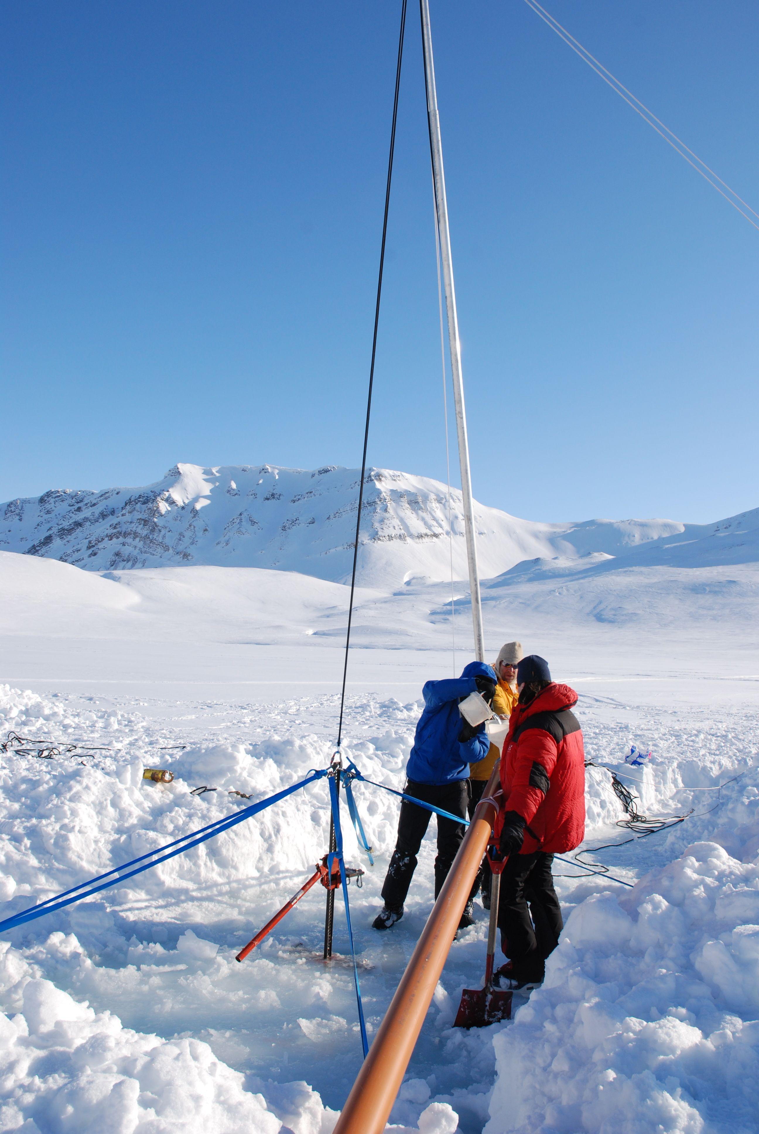 Eiskernbohrung im tiefen arktischen Kongressvatnet-See in Spitzbergen, Norwegen. © Anne Hormes.