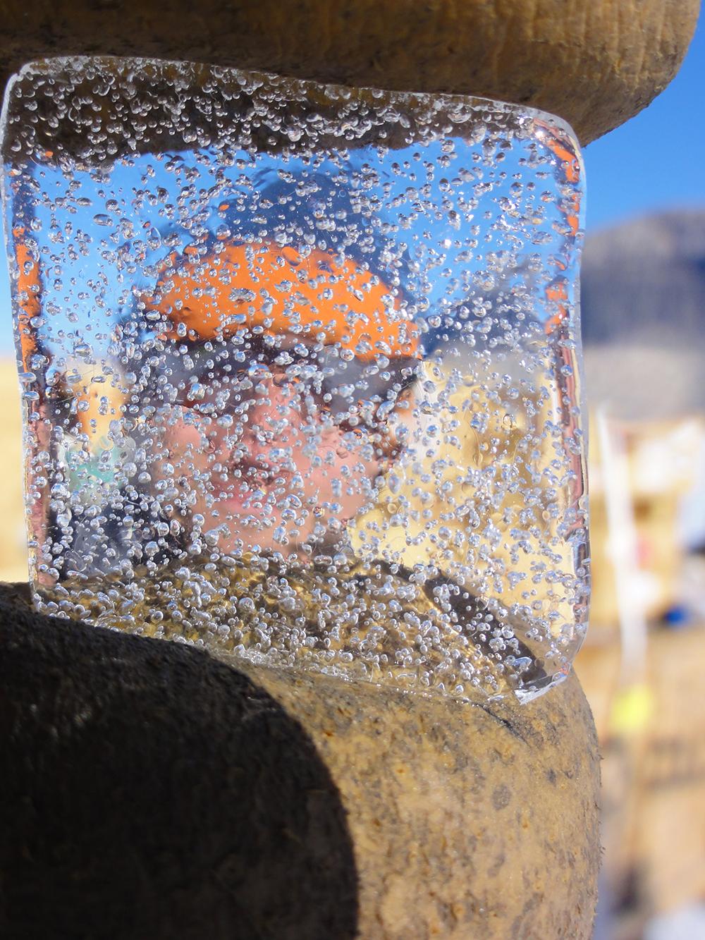 Das Eis des Taylor-Gletschers in der Antarktis enthält Luftblasen, die dort bereits seit Tausenden von Jahren festsitzen. Mit diesem Bild gewann Bernhard Bereiter ausserdem den SNF Bilderwettbewerb 2017.