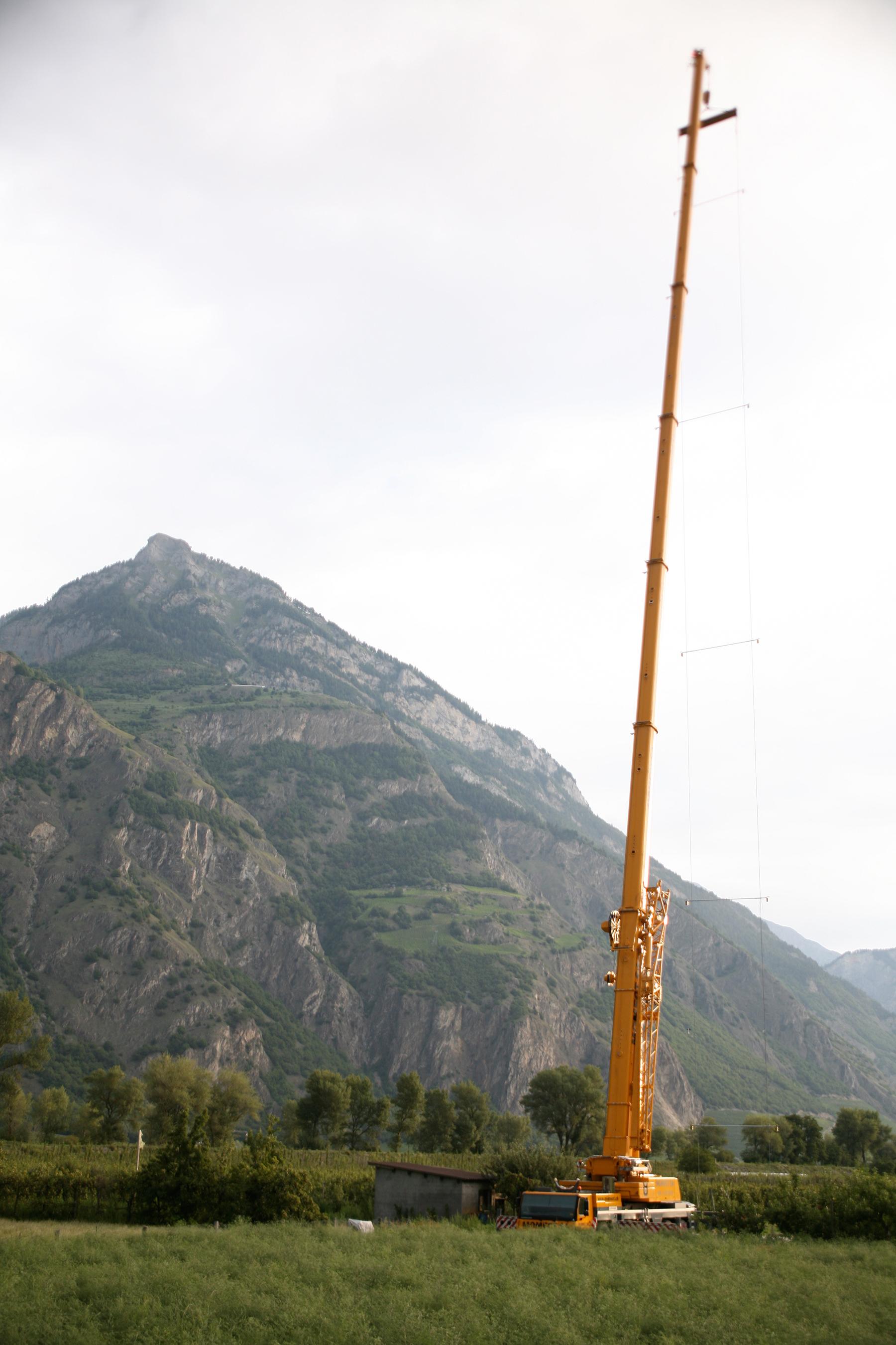 Die Ultraschalldetektoren wurden mithilfe eines Teleskopkrans entlang von zwei senkrecht zu Boden gespannten Kabeln, bis auf eine Höhe von 65 m, befestigt. Auf diese Weise war es möglich, die artspezifischen Flugaktivitätsprofile der Fledermäuse zu rekonstruieren. © Raphaël Arlettaz, IEE, Universität Bern