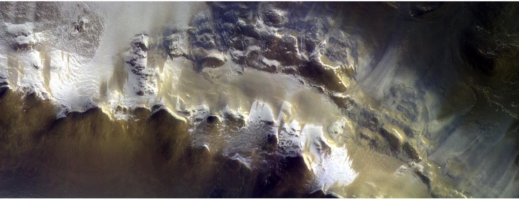 Aufnahme vom Rand des Korolev-Kraters (165,9 E, 73,3 N) bei 5,08 m/px mit einer Bahngeschwindigkeit von 2,90 km/s. Der Sonneneinfallswinkel betrug 76,6 Grad bei einer lokalen Sonnenzeit von 07:14:11. © ESA / Roscosmos / CaSSIS