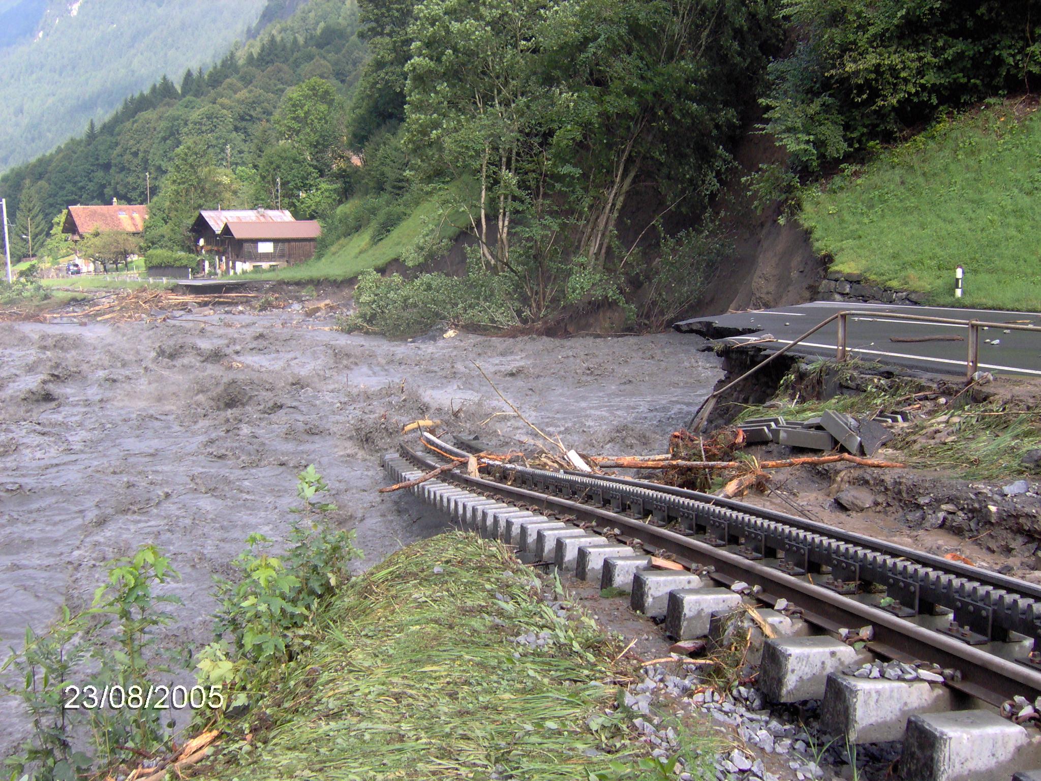 Zerstörte Schienen und Strasse in Bucholz, Lütschental, nach dem Hochwasser vom 23. August 2005. © Fachstelle Bodenschutz des Kantons Bern.