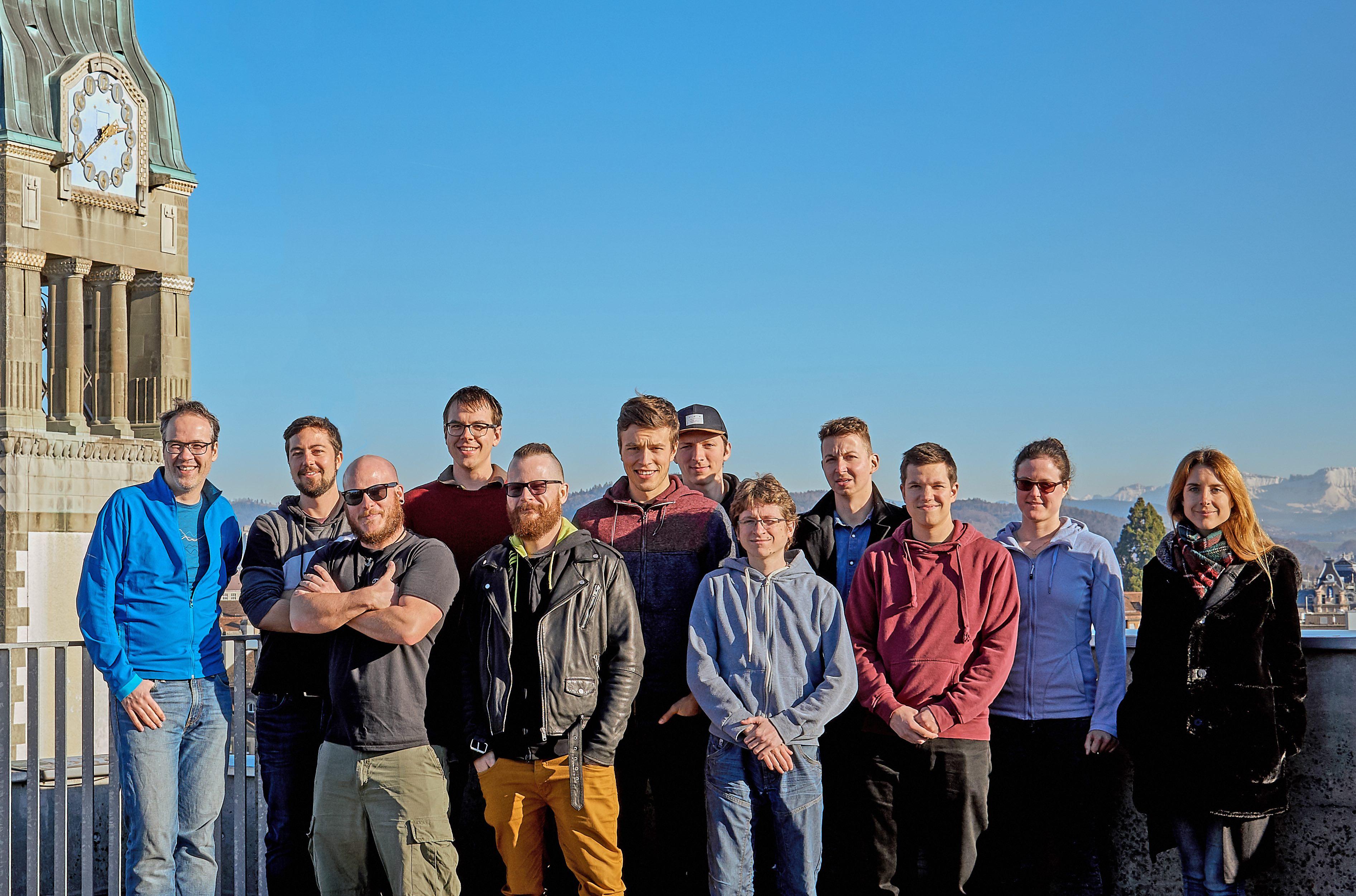 Gruppenbild der Arbeitsgruppe von Prof. Christoph von Ballmoos (links) vom Departement für Chemie und Biochemie der Universität Bern. Doktorand Olivier Biner (vierter von links) ist einer der Erstautoren der publizierten Resultate. © Lucas Affentranger
