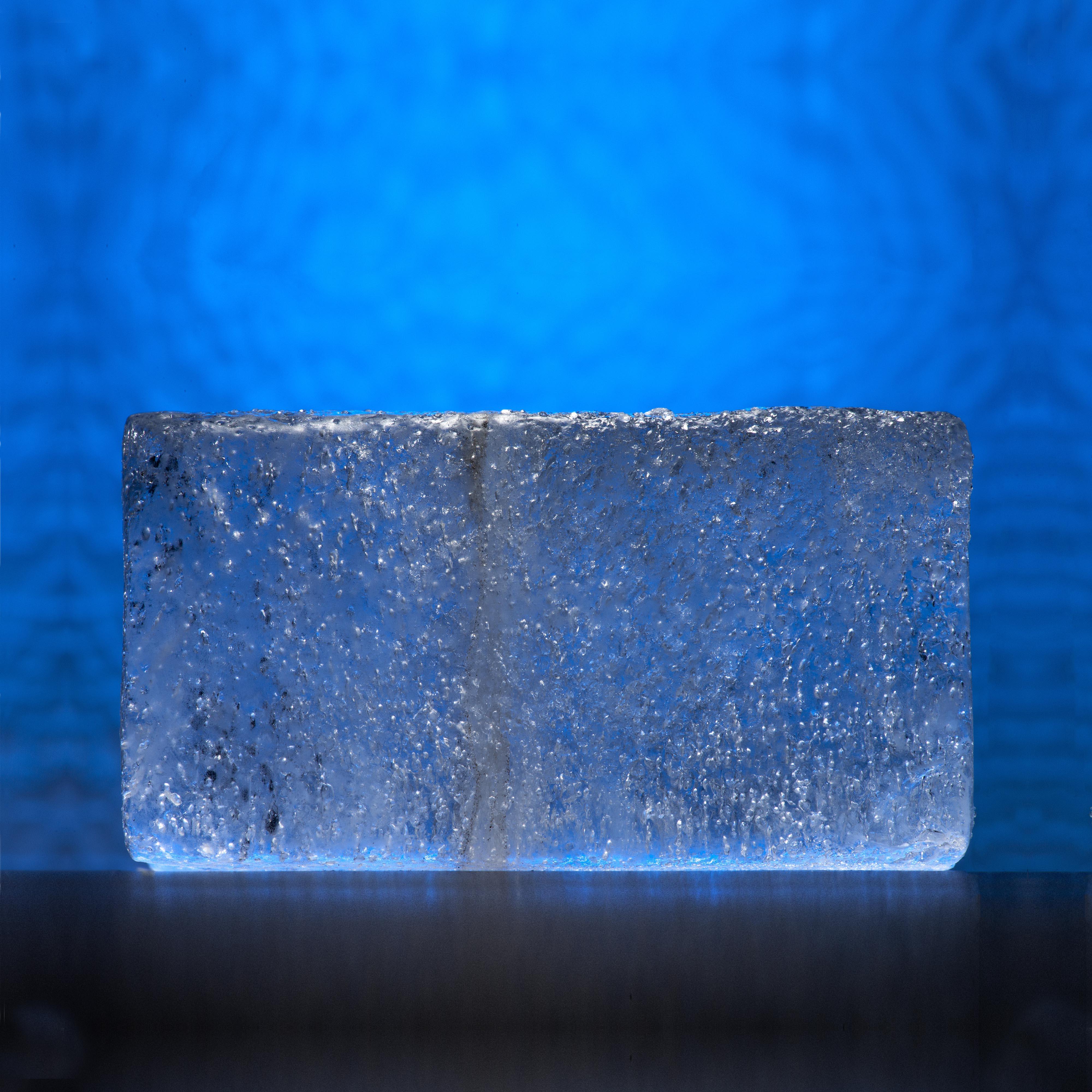 Im Eis eingeschlossene Gasbläschen und Asche lassen liefern Angaben über das vergangene Klima und Klimawechsel – etwa zu einem prähistorischen Vulkanausbruch vor 14'000 Jahren.  Bild: Pete Bucktrout / British Antarctic Survey