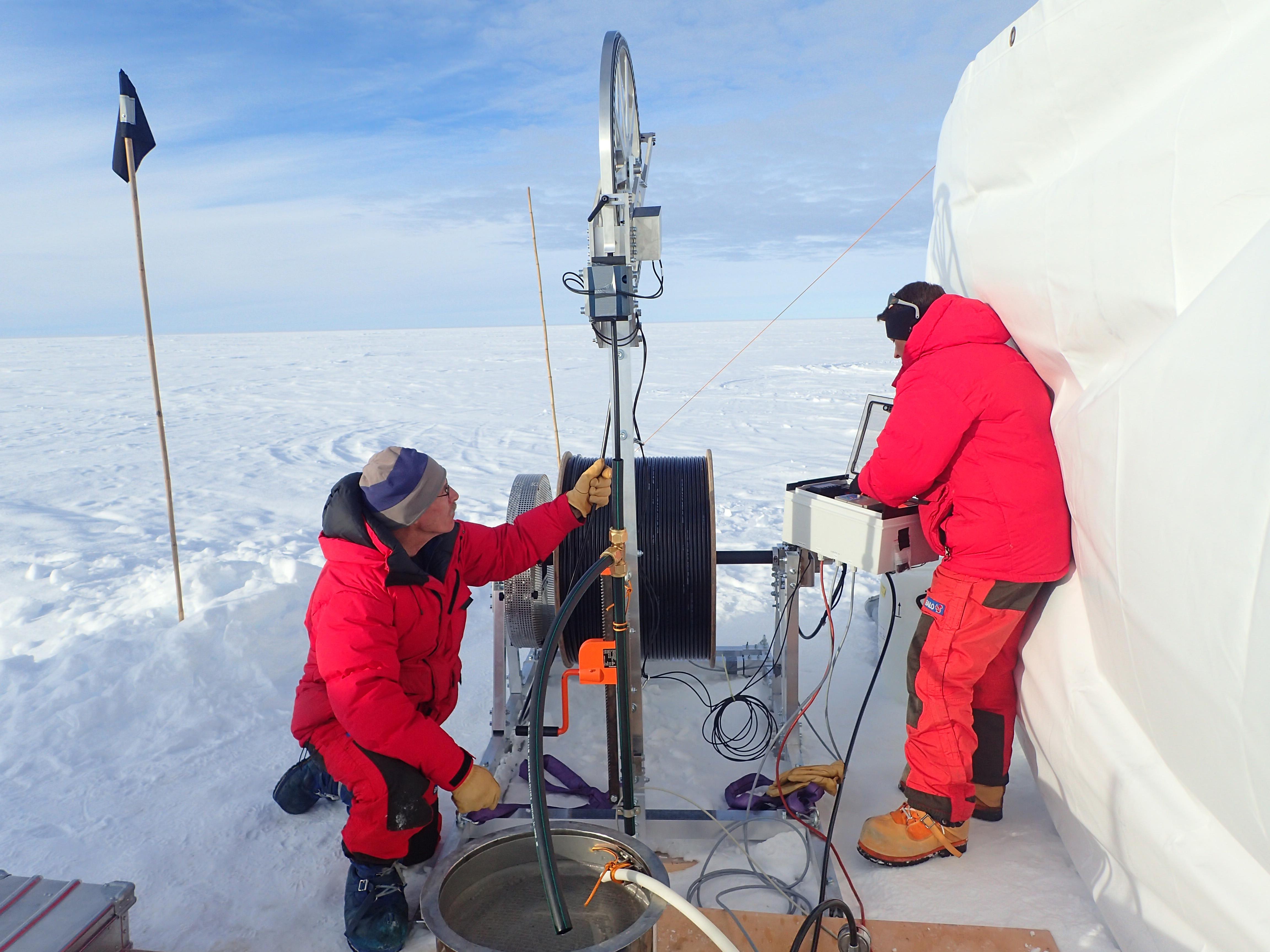 Probebohrungen für das «Oldest Ice Project» in Grönland.  © Universität Bern / Jakob Schwander