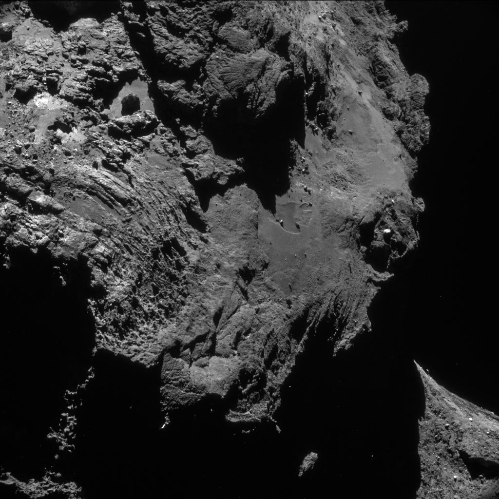 Bilder des Kometen vom 1. Mai 2016. ESA's Rosetta Sonde überflog Komet 67P/Churyumov-Gerasimenko in nur wenigen Kilometern Entfernung was die Messung der Edelgase Argon, Krypton und Xenon ermöglichte.  © ESA/NAVCAM