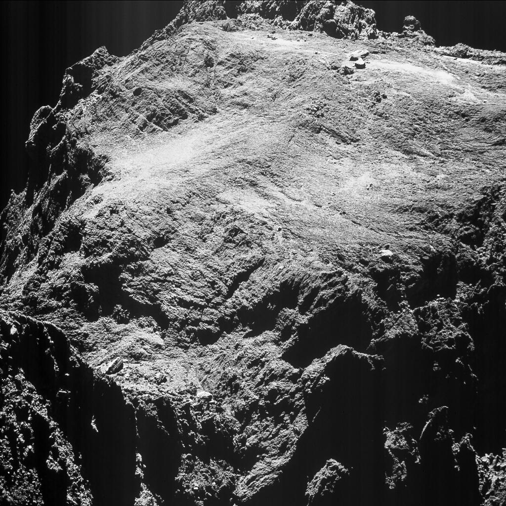 Bilder des Kometen vom 15. Mai 2016. ESA's Rosetta Sonde überflog Komet 67P/Churyumov-Gerasimenko in nur wenigen Kilometern Entfernung was die Messung der Edelgase Argon, Krypton und Xenon ermöglichte.  © ESA/NAVCAM
