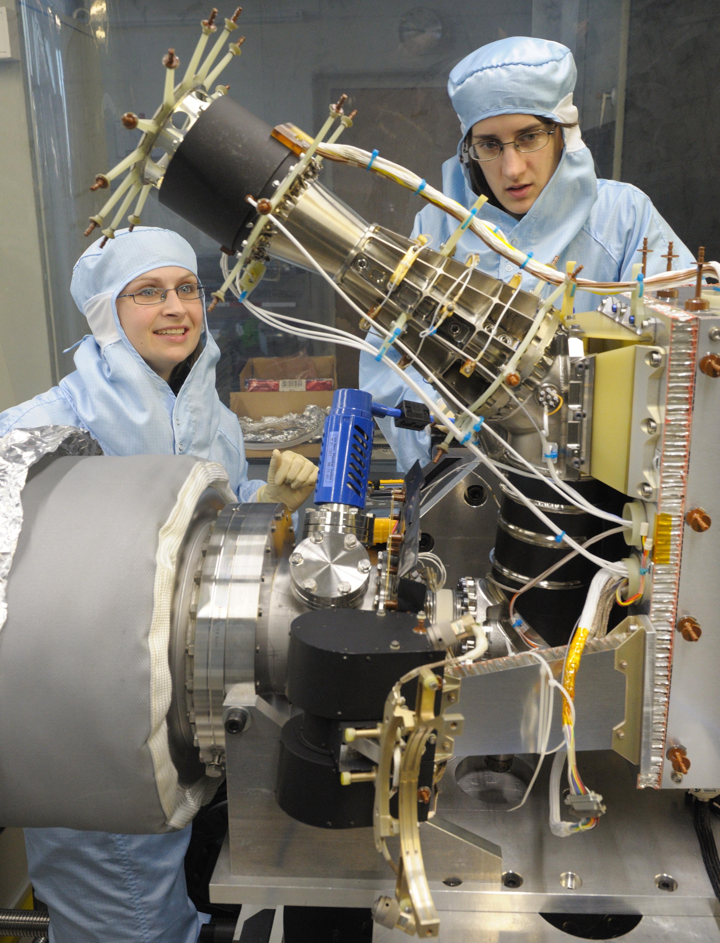 Zwei Doktorandinnen führen mit dem Massenspektrometer ROSINA-DFMS Tests durch. Es handelt sich hierbei um das Doppel des Instruments, das an Bord der Rosetta-Sonde war.  © Universität Bern, Bild: Thomas Wüthrich