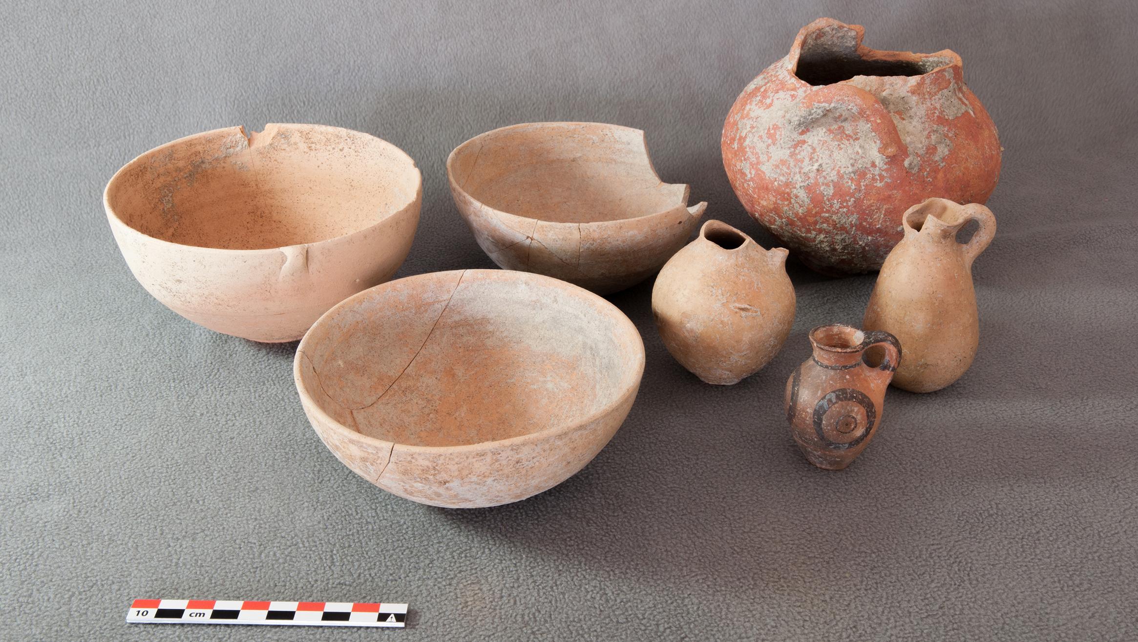 Keramikgefässe, die um drei Schafskelette gruppiert niedergelegt waren. © Institut für Archäologische Wissenschaften der Universität Bern, Projekt Sirkeli Höyük