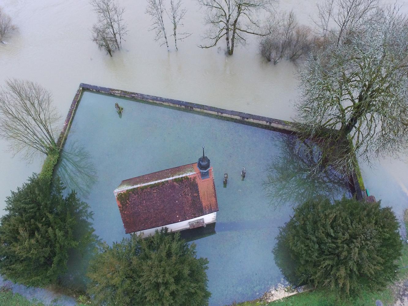 Als Folge von Starkniederschlägen überschwemmte der Doubs im Januar 2018 auch eine Kirche in La Lomène bei Sainte-Ursanne.  (Bild: Mobiliar Lab für Naturrisiken / Multirotors Team)