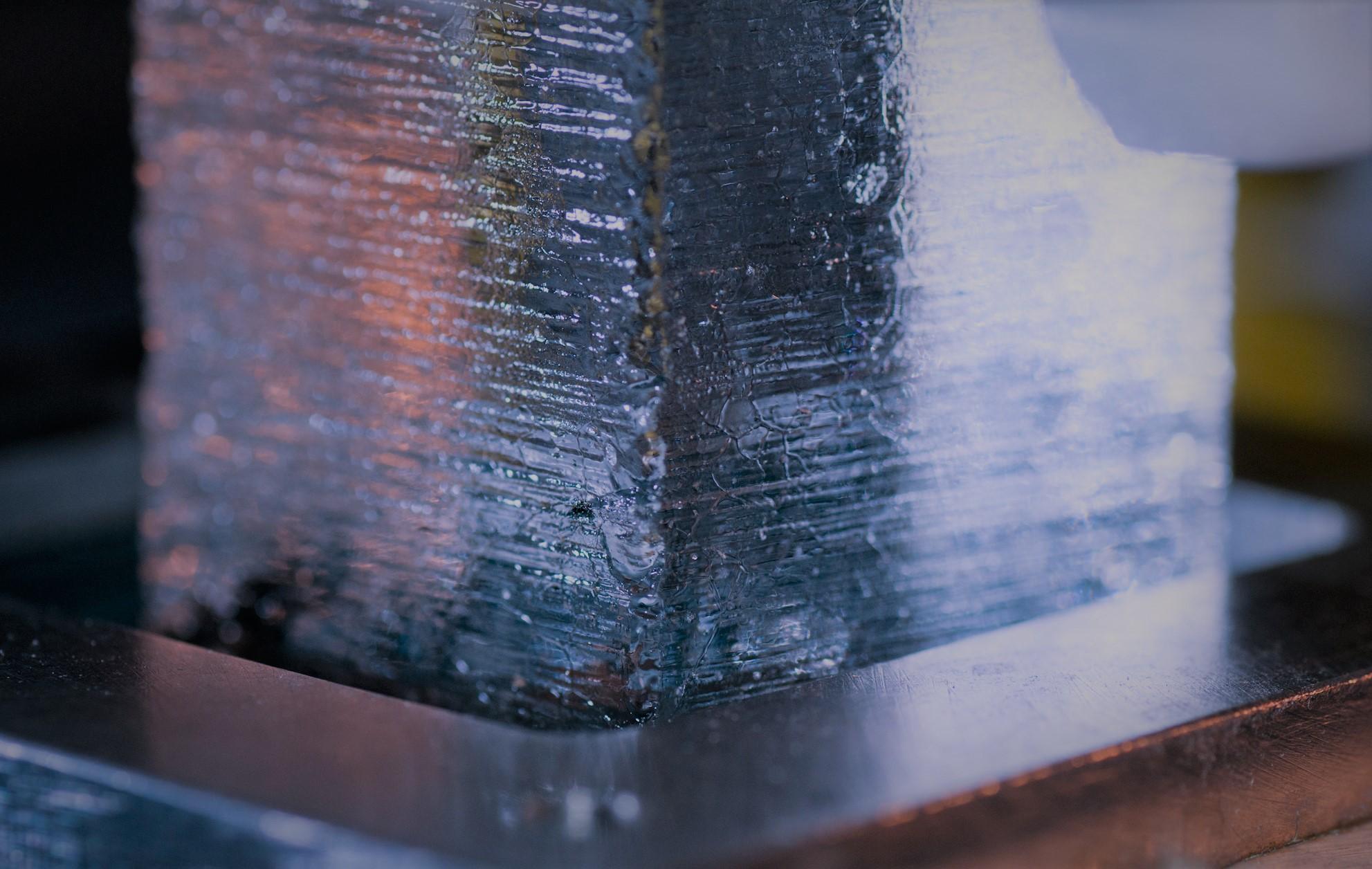 Der «WAIS Divide»-Eiskern wird auf Schwefel und andere Spurenelemente analysiert, um die vulkanischen Eruptionen zu identifizieren, mit denen die verschiedenen Eiskerne aus der gesamten Antarktis auf einen gemeinsamen Zeitstrahl gebracht werden können.  Bild: Sylvain Masclin