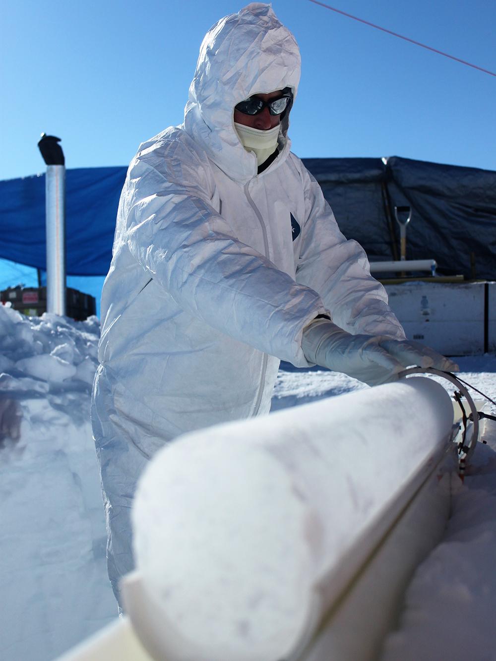 Ein Eiskern wird auf Vulkansäuren analysiert. © Michael Sigl