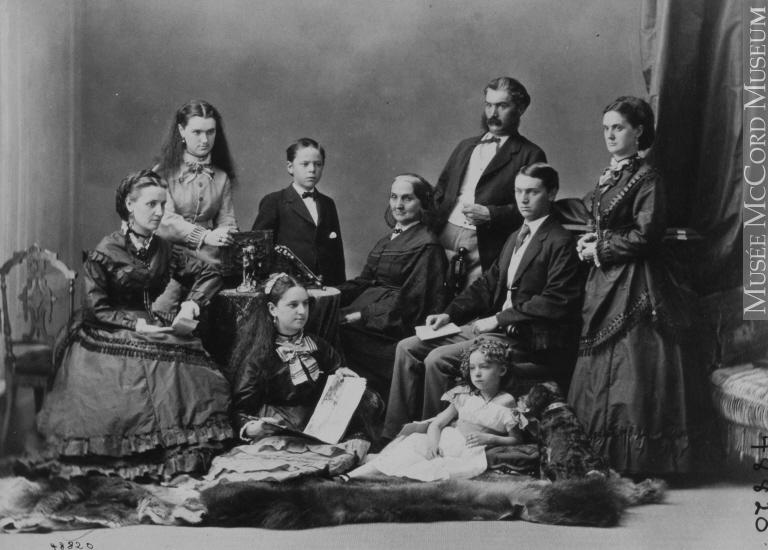 Frau M. Hannan und ihre Familie, historische Aufnahme aus Montréal, Québec, 1870. Bild: William Notman (1826-1891). © Musée McCord, http://collections.musee-mccord.qc.ca/fr/collection/artefacts/I-48820.1/