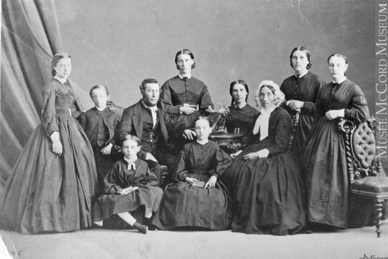 R. Outhet und seine Familie, historische Aufnahme aus Montréal, Québec, 1865. Bild: William Notman (1826-1891). © Musée McCord, http://collections.musee-mccord.qc.ca/fr/collection/artefacts/I-17596.1