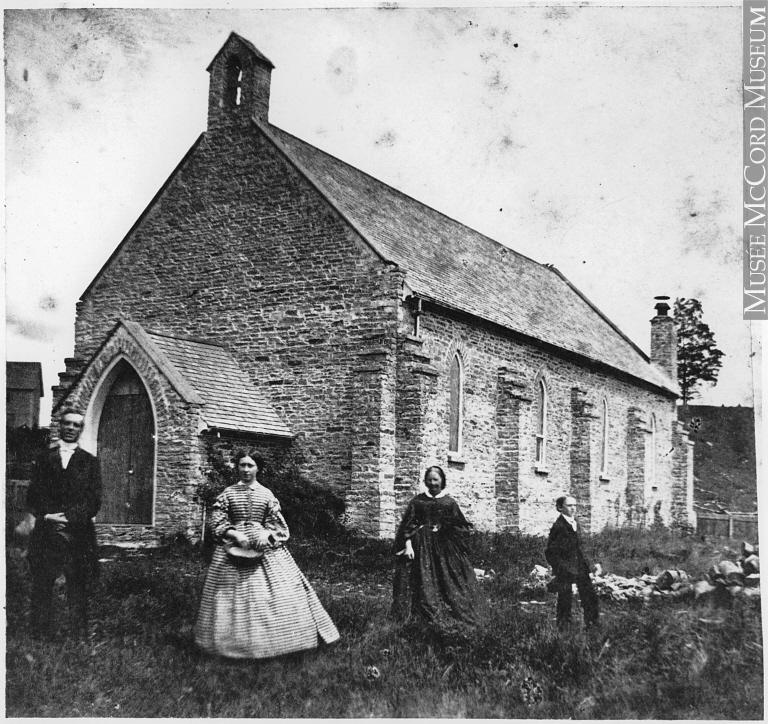 Reverend Groves und seine Familie, historische Aufnahme vor der Anglikansichen Kirche, Campbellford, Ontario, 1860-1865. Bild: Edgar W. Edwards. © Musée McCord, http://collections.musee-mccord.qc.ca/fr/collection/artefacts/MP-0000.3086/