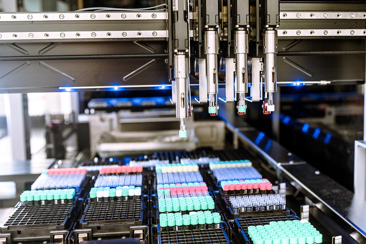 Zum Netzwerk des BCPM gehört auch die hochmoderne Infrastruktur der Liquid Biobank am Inselspital. Ihre Sammlung aus biologischen Flüssigproben soll die Präzisionsmedizin am Standort Bern mit vorantreiben. Bild: Pascal Gugler für Insel Gruppe AG