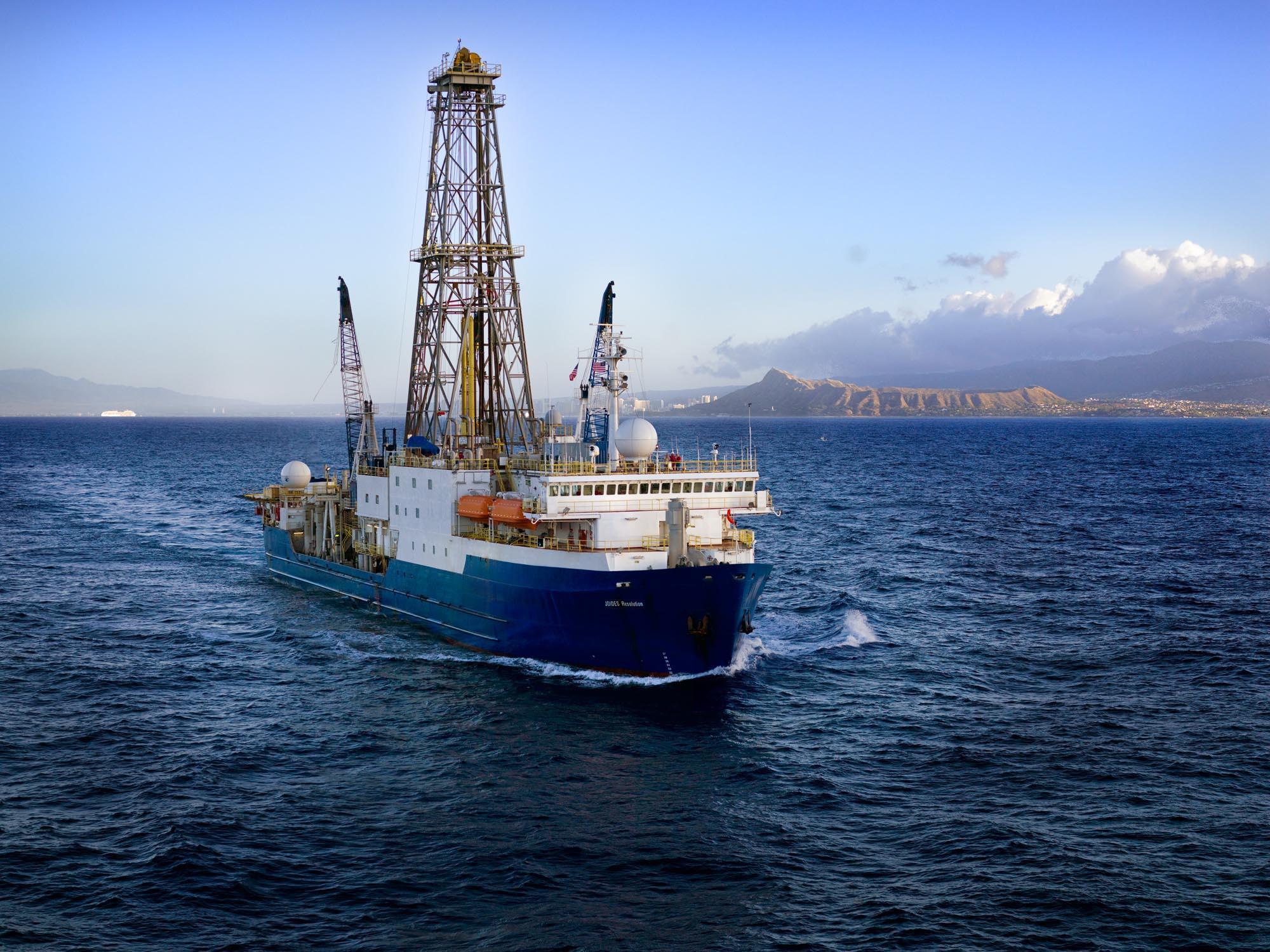 Die Berner Forschenden analysierten einen 169 m langen Bohrkern, der vom Forschungsschiff Joides Resolution im Rahmen des International Ocean Drilling Project (IODP) dem Boden des Südpolarmeeres entnommen wurde. © IODP