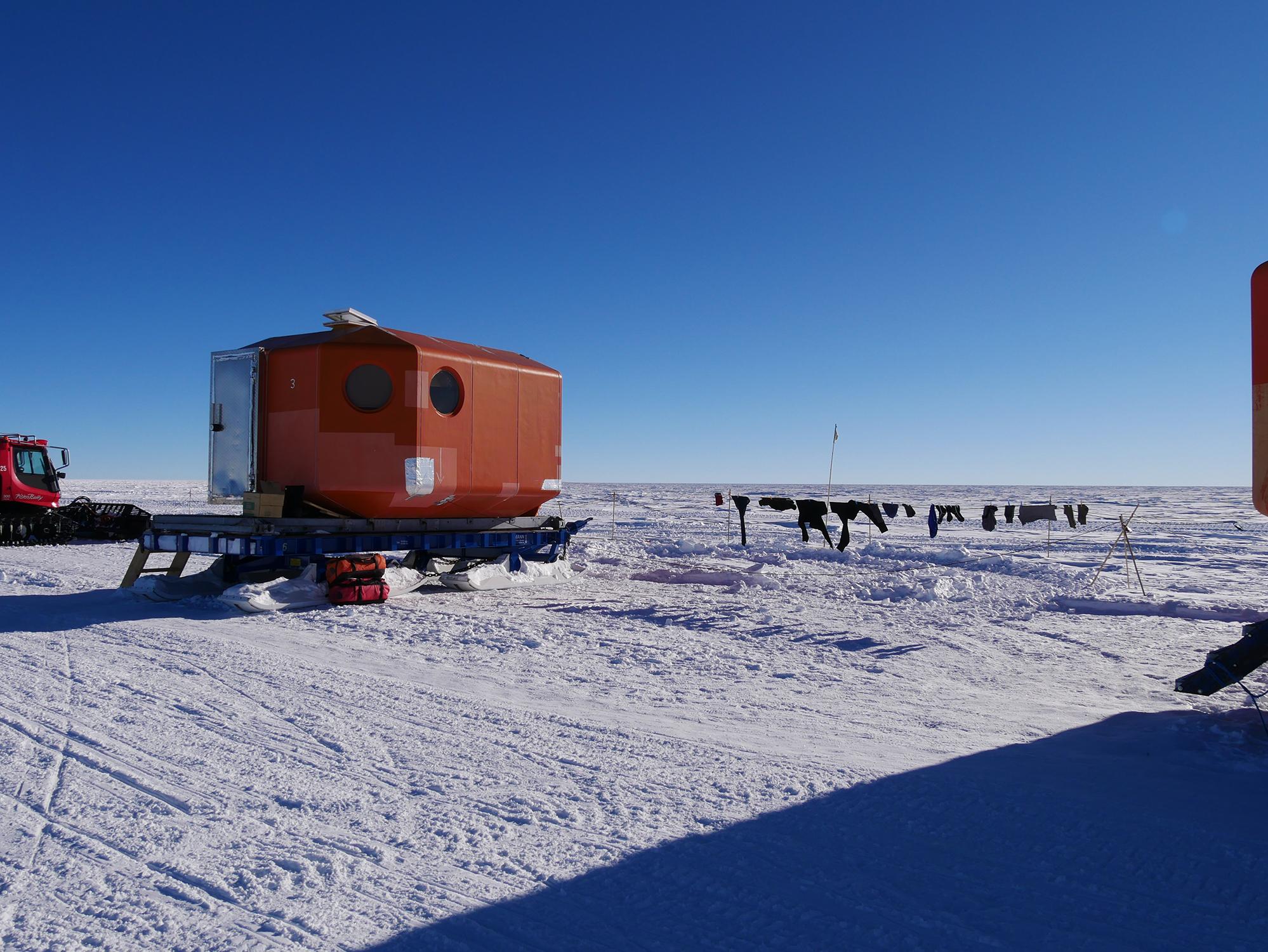 Ein sonniger Tag im «Oldest Ice Reconnaissance» Feldlager in Dronning Maud Land wird zum Trocknen der Wäsche genutzt. Bild: Alexander Weinhart
