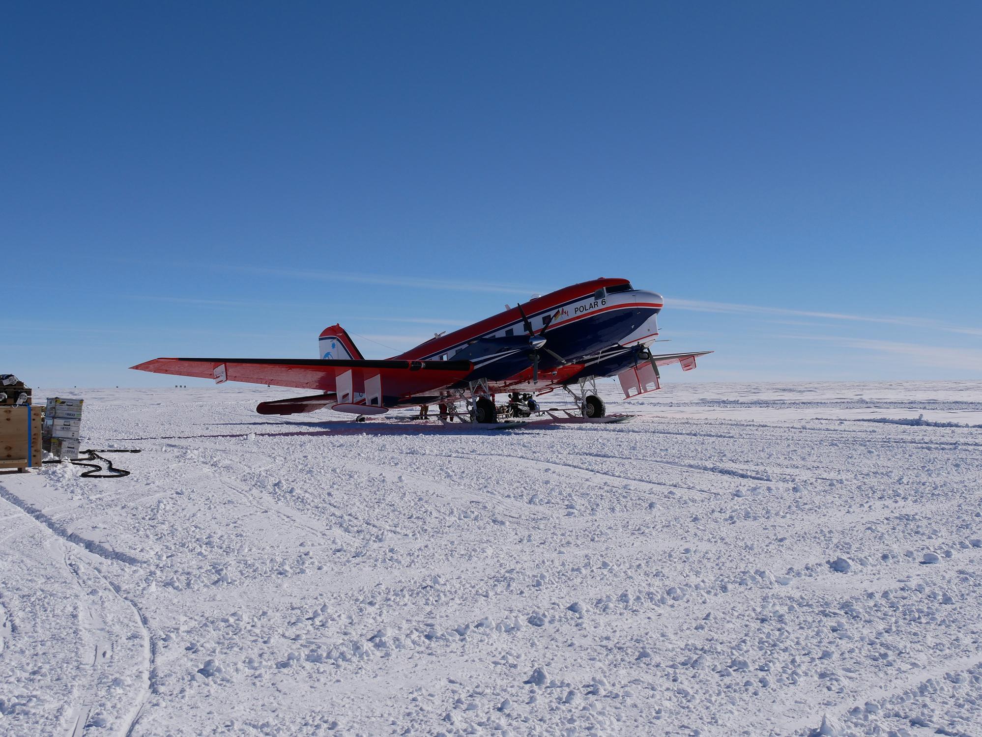 Auftanken des AWI-Polarflugzeugs Polar 6 im Feldlager «Oldest Ice Reconnaissance» im Dronning Maud Land, das für flugzeug-gestützte Radaruntersuchungen eingesetzt wird. Bild: Alexander Weinhart