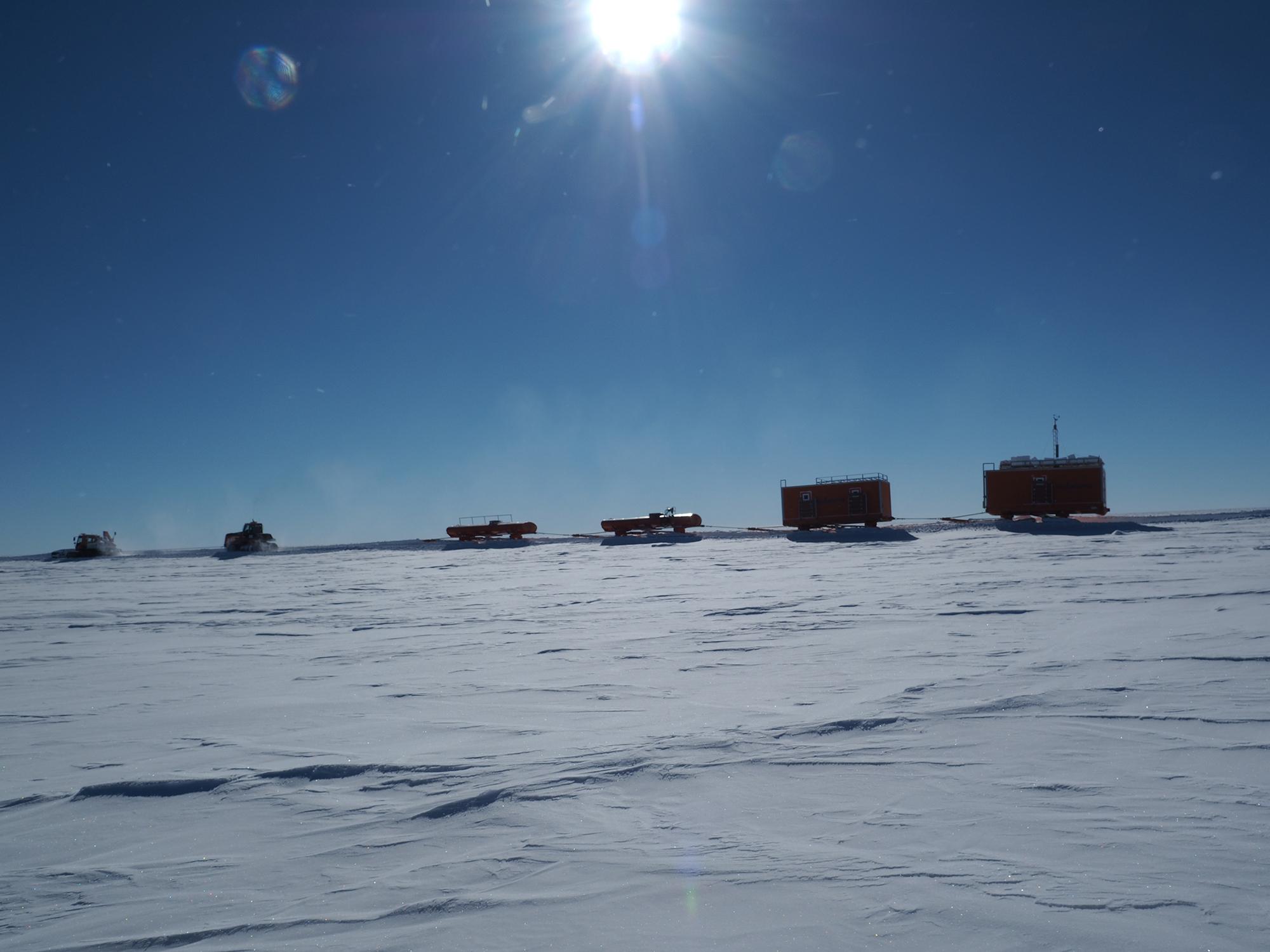 Traverse zur Bohrstelle in Little DomeC, Antarktis, um Material für das Feldlager zu liefern. Bild: Gianluca Bianchi-Fasani