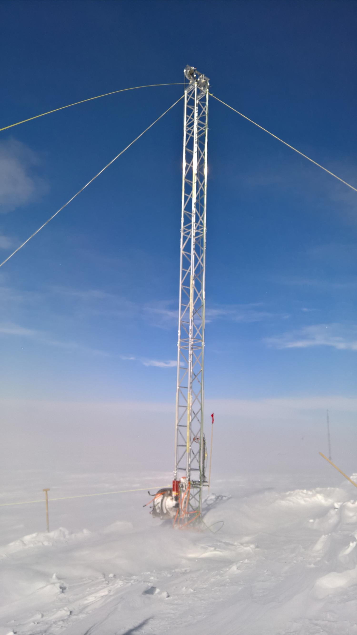 10 Meter hoher oberflächennaher Bohrturm im Wind bei Neumayer 3. Bild: Jan Tell