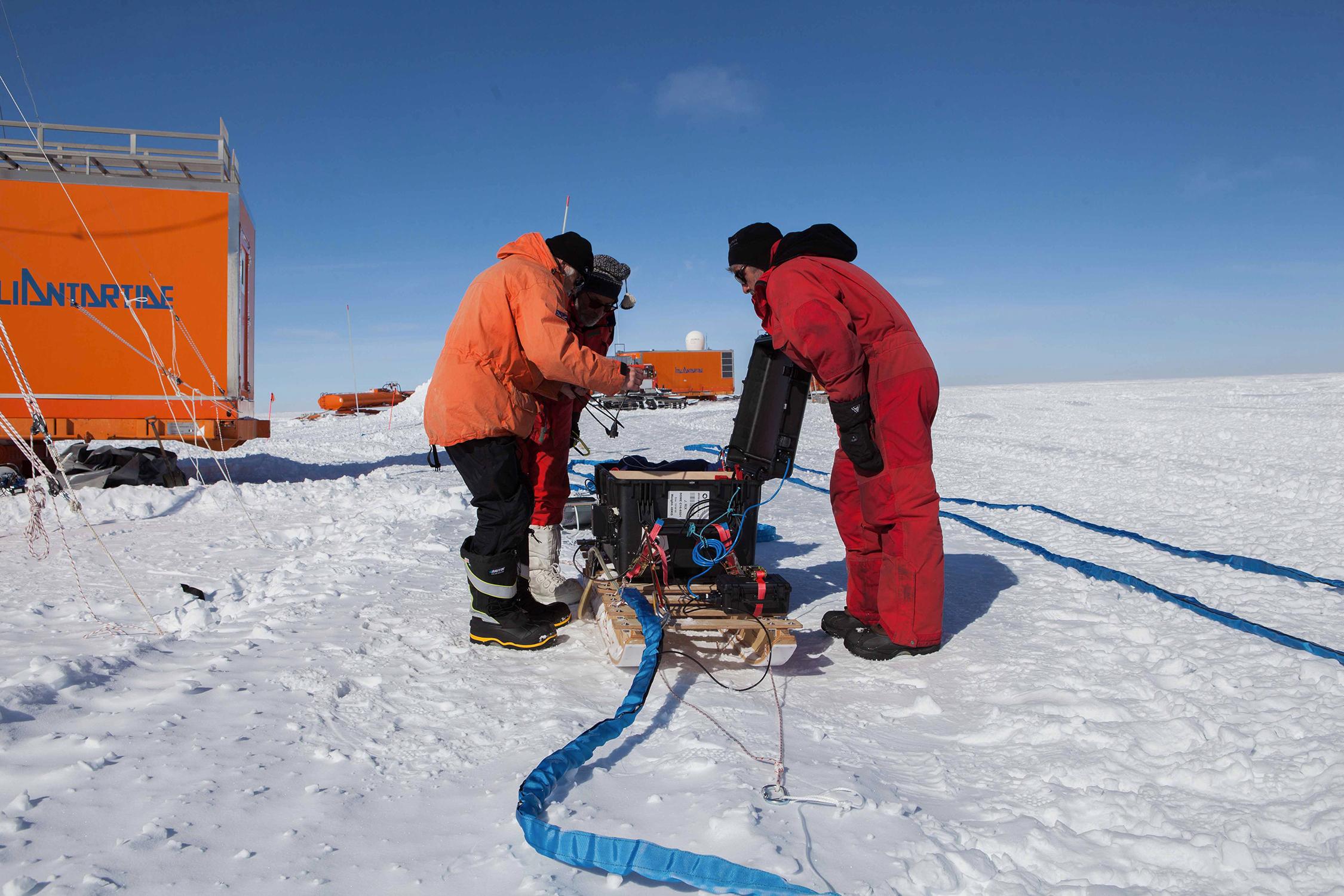 Vorbereitungen für die Radarmessung am Little Dome C zur Bestimmung der Schichtstruktur des Eises an potentiellen Bohrstellen. Bild: Luca Vittuari