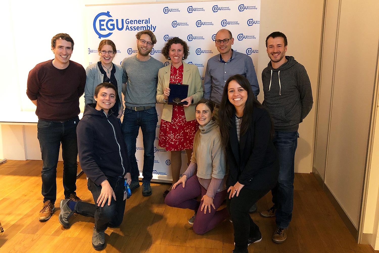 Einige aktuelle und ehemalige PhD-Studierende sowie Kollegen begleiteten Daniela Rubatto an die Preisverleihung in Wien. Bild: zvg