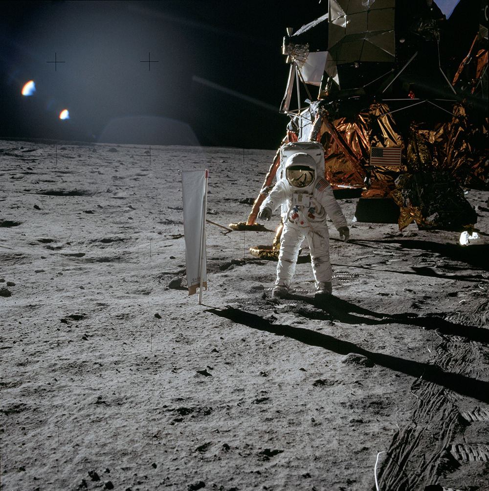 Astronaut Edwin «Buzz» Aldrin mit dem Berner Sonnenwindsegel.  Bild: NASA Apollo Image Archive