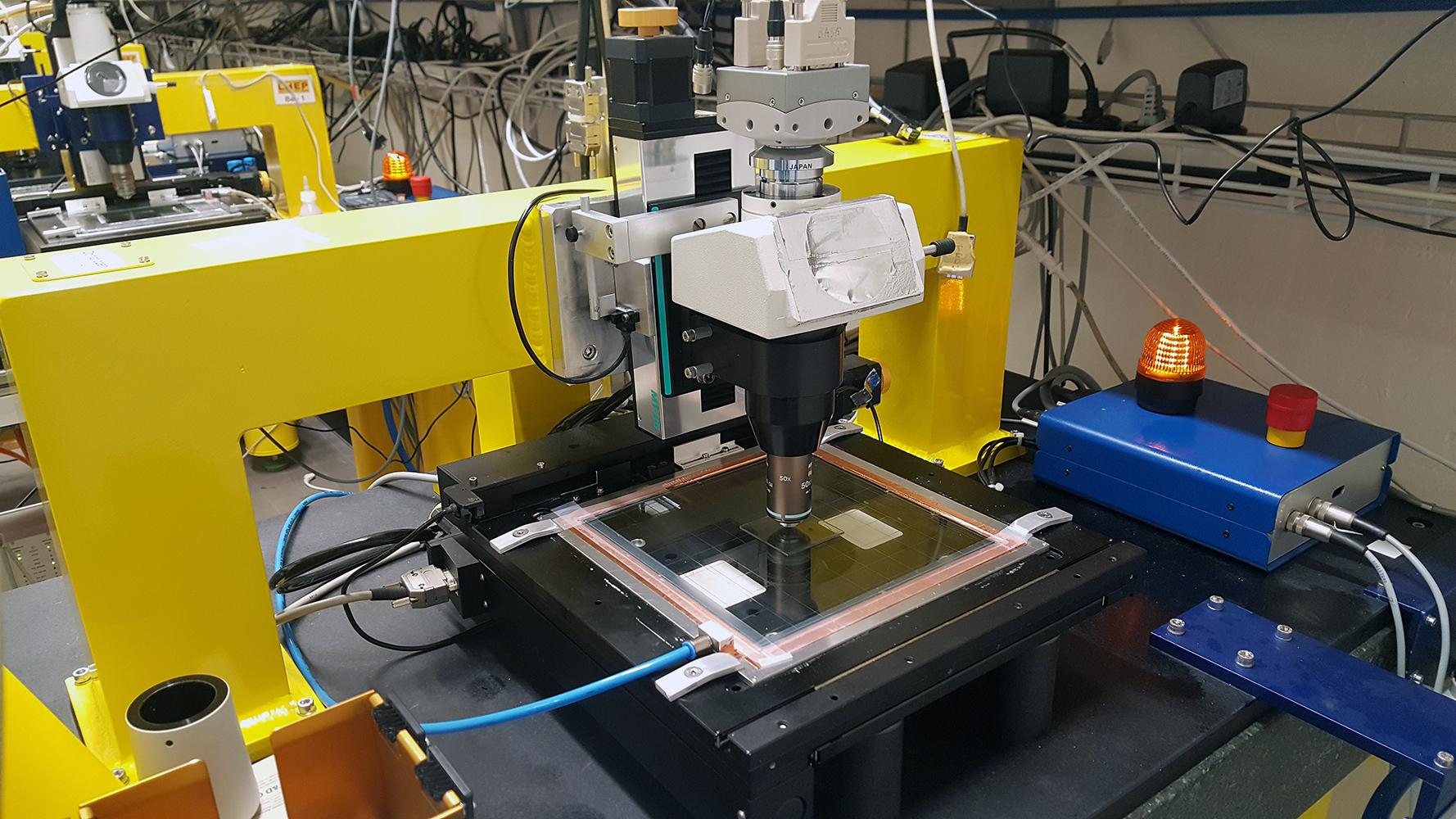 Mikroskop zur Untersuchung des Kernemulsionsdetektors an der Universität Bern. Bild: © Ciro Pistillo, LHEP / AEC, Universität Bern