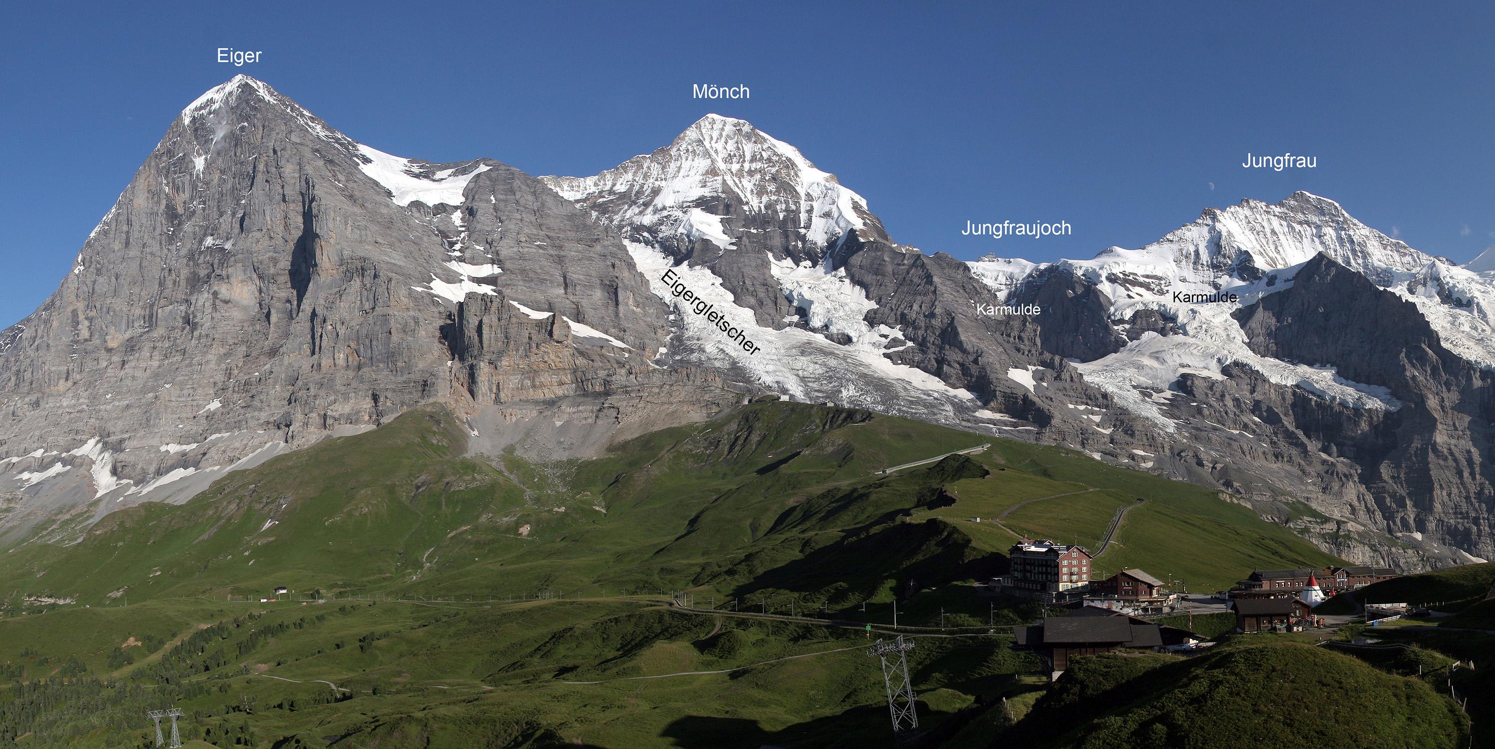 Eigergletscher zwischen Eiger und Mönch. Dieser wurde bei seinem Ursprung vermessen. Kargletscher, wie zum Beispiel am Fuss des Jungfraujochs, höhlen den Fels aus und übersteilen die umgebenden Felsflanken. Bild: Wikimedia commons / Armin Kübelbeck (eigene Beschriftung)
