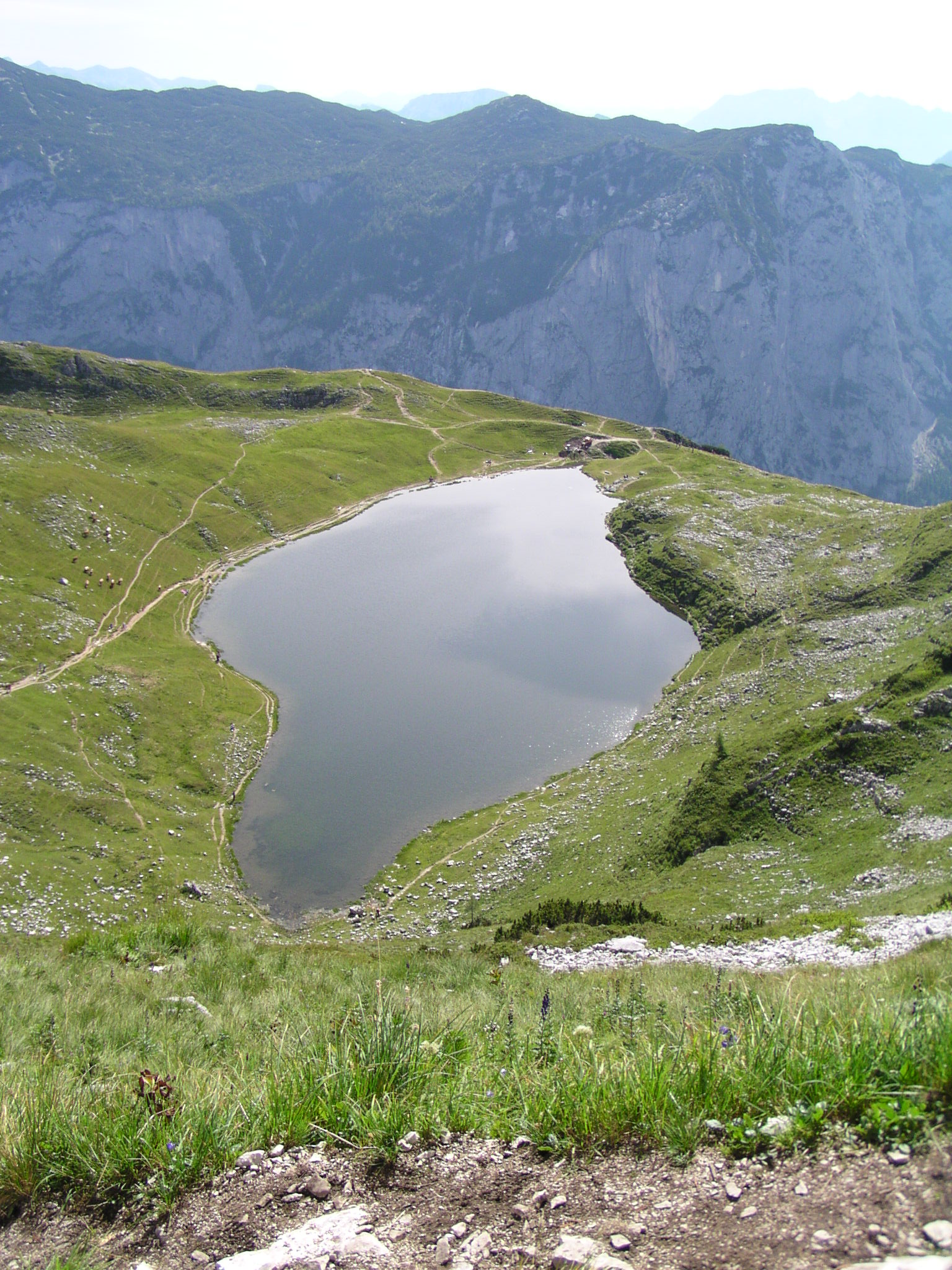 Der Augstsee in der österreichischen Steiermark ist ein Beispiel für einen Karsee. Hier formte einst ein Gletscher eine Mulde in den Fels. Als der Gletscher verschwand, entstand in der Mulde ein See vor der steil abfallenden Felskante. Bild: Wikimedia commons / Christian Jansky