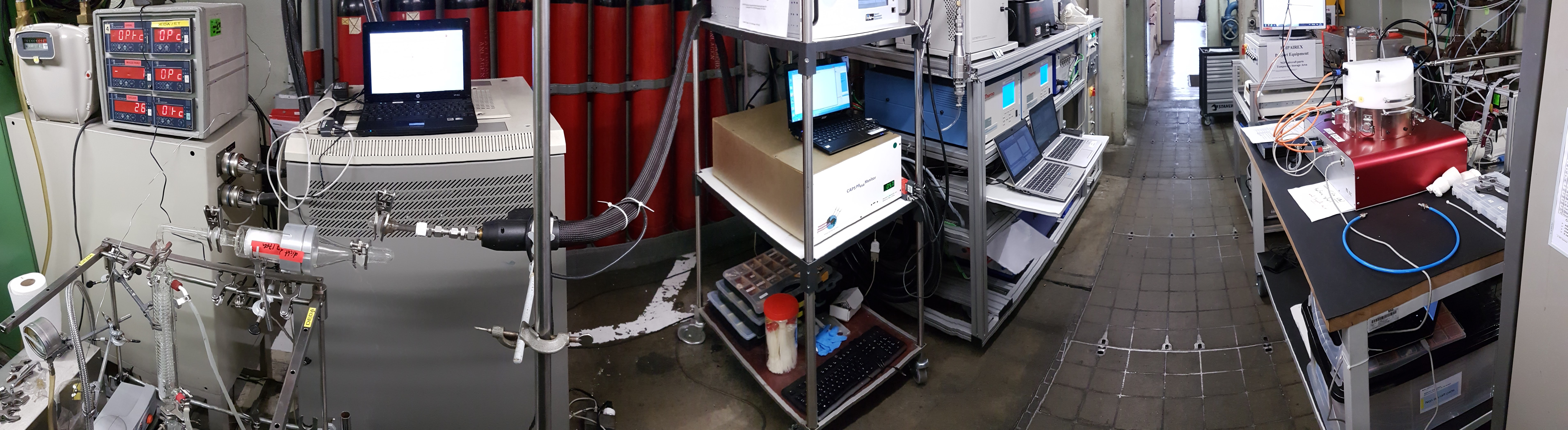 Raum mit Messgeräten und NACIVT (rechts), der Kammer, in der die Partikel kontrolliert auf die Lungenzellkulturen abgelagert werden und die am Computer angeschlossen ist. Sie ermöglicht es, die Ablagerung der Partikel online zu beobachten.  Bild: Universität Bern /SR Technics Switzerland AG