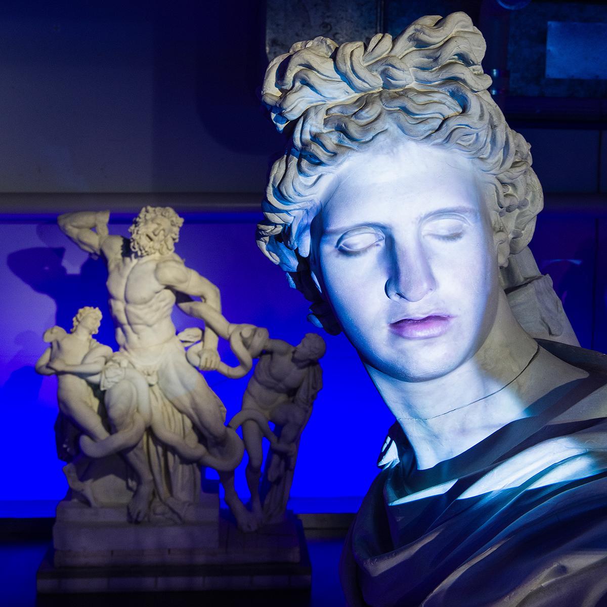 Die griechischen Götter werden zum Leben erweckt: Via Mikrofon und digitaler Sprachanalyse können die Skulpturen direkt angesprochen und zu ihrer Geschichte befragt werden. Dabei verleiht der Schauspieler Antonio Ramón Luque dem Sonnengott Apollon seine Stimme und sein Gesicht.  Foto: Matthieu Brouillard