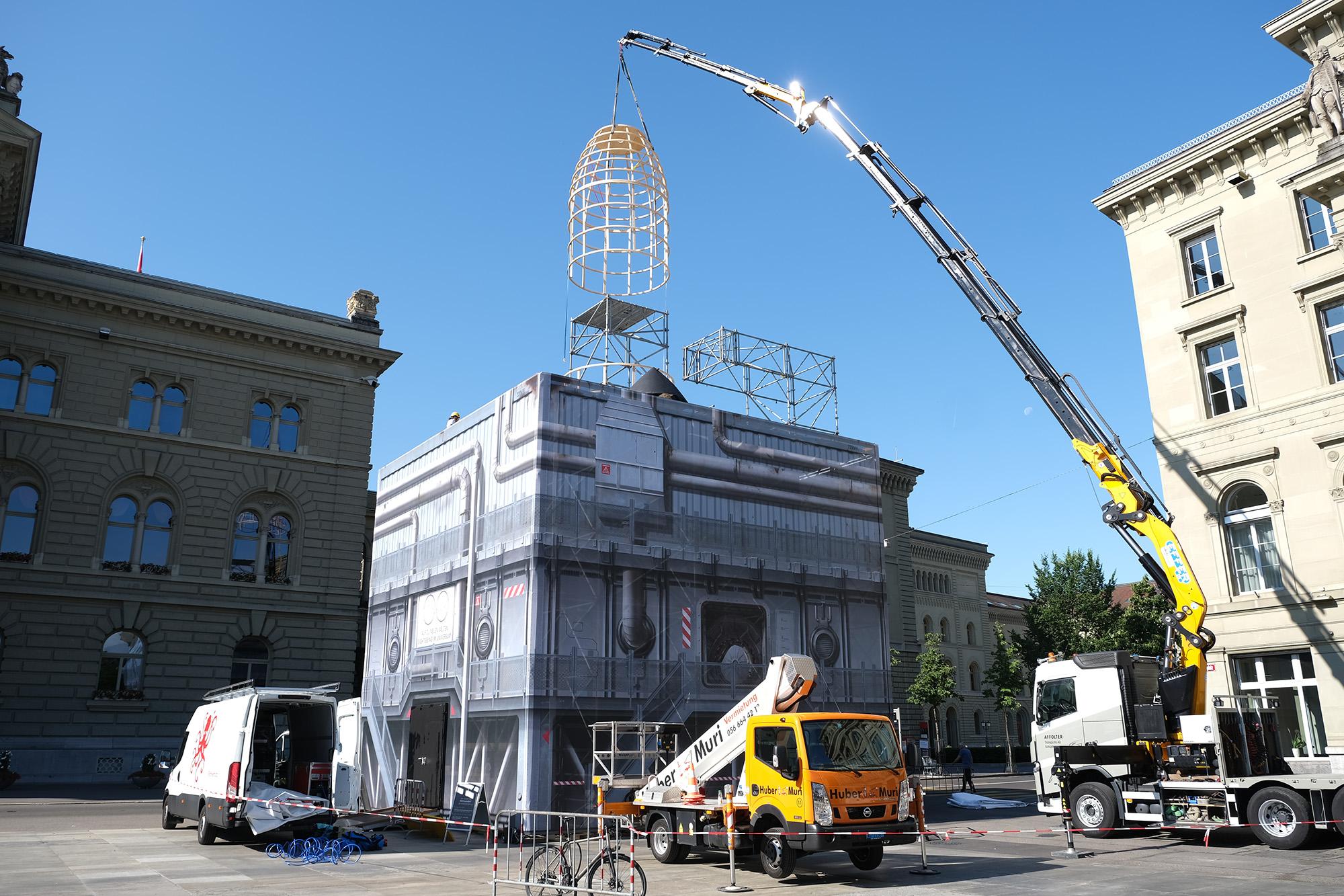 Aufbau des Raketenkubus auf dem Bundesplatz. © Universität Bern