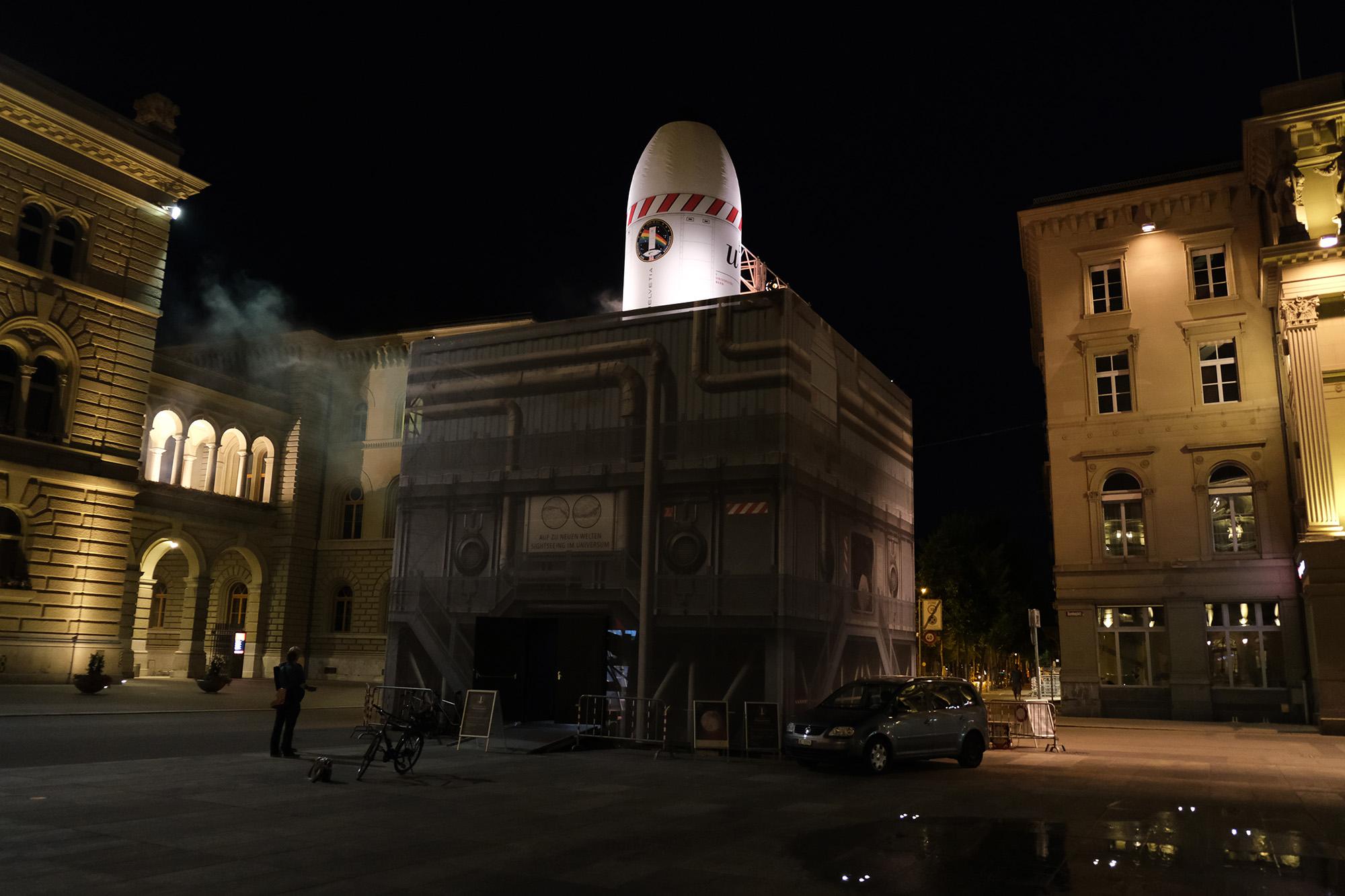 Raketenkubus bei Nacht. © Universität Bern