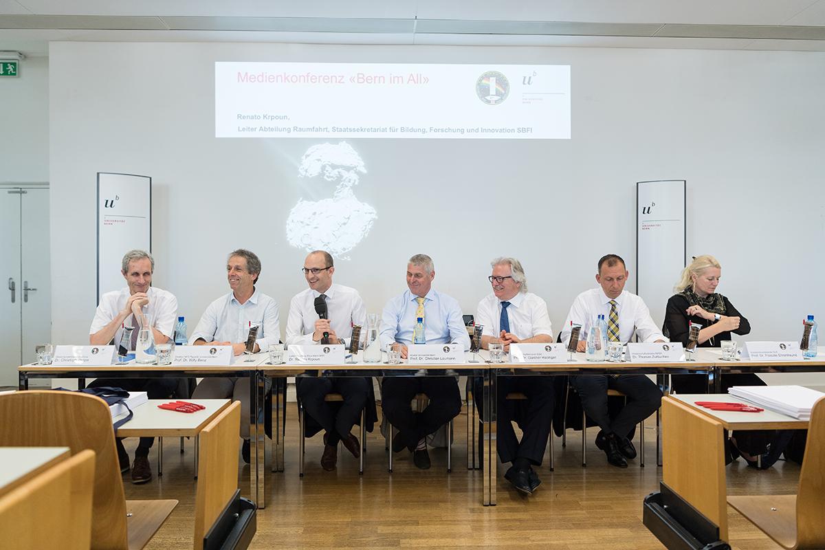 V.l.n.r.: Christoph Pappa (Generalsekretär Universität Bern), Willy Benz (Leiter CHEOPS, Universität Bern), Renato Krpoun (Abteilungsleiter Raumfahrt des SBFI), Christian Leumann (Rektor Universität Bern), Günther Hasinger, (Wissenschaftsdirektor der ESA), Thomas Zurbuchen (Wissenschaftsdirektor der NASA), Pascale Ehrenfreund (Vorstandsvorsitzende des DLR). © Universität Bern, Bild: Ramon Lehmann