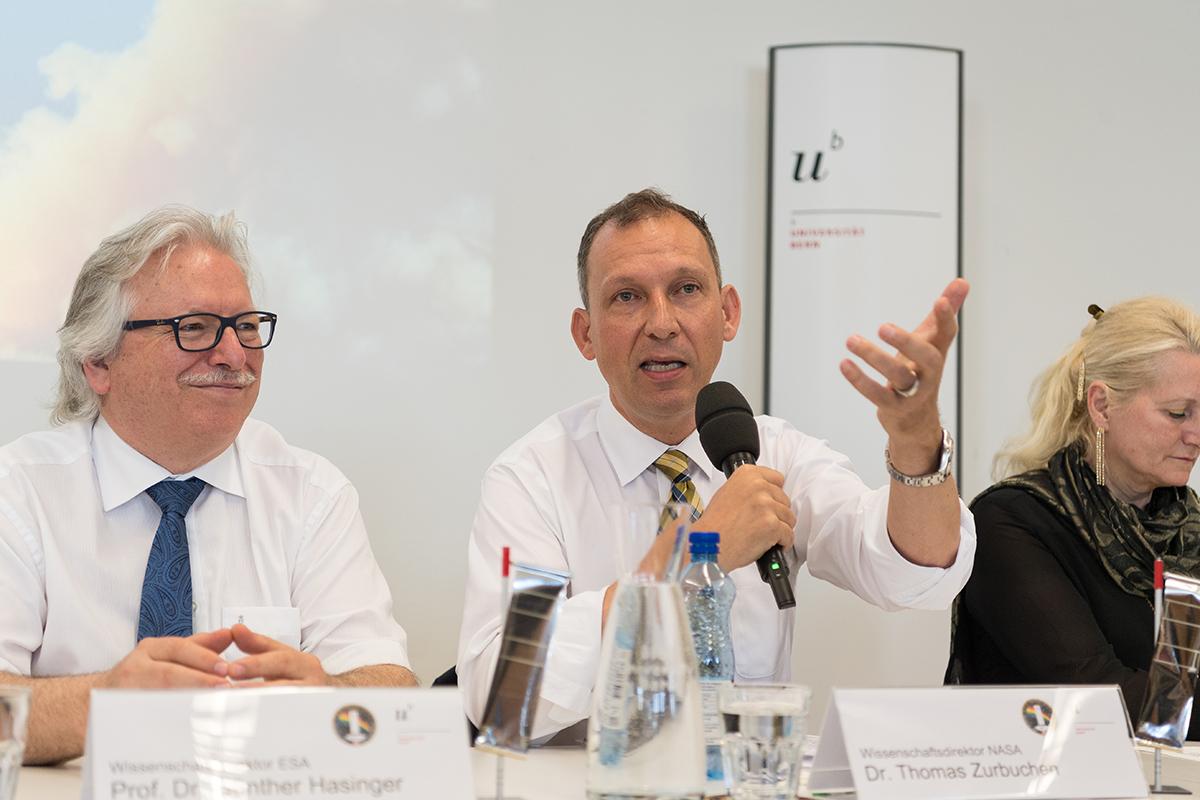 Günther Hasinger (links) und Thomas Zurbuchen. © Universität Bern, Bild: Ramon Lehmann