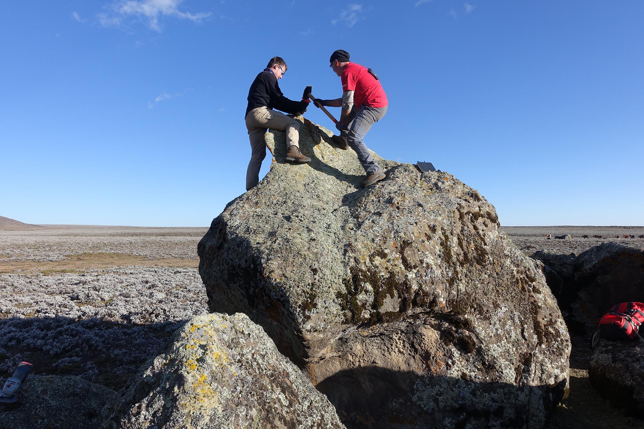 Probennahme eines Erratischen Blocks, der von einem Gletscher auf dem Sanetti Plateau abgelagert wurde. Die Probe wurde anschliessend im Labor analysiert und datiert, um den Zeitpunkt des Gletschervorstosses zu rekonstruieren. Bild: Heinz Veit