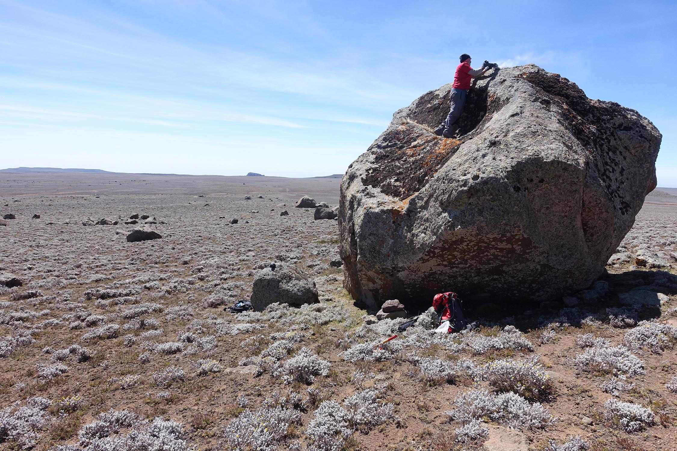Probennahme eines Erratischen Blocks, der von einem Gletscher auf dem Sanetti Plateau abgelagert wurde. Die Probe wurde anschliessend im Labor analysiert und datiert, um den Zeitpunkt des Gletschervorstosses zu rekonstruieren. Bild: Alexander Groos