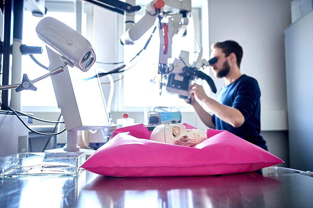 Die Forschung zu Medizintechnik am ARTORG Center hat zum Ziel, bessere Instrumente für die medizinische Diagnose und Behandlung zu entwickeln. Bild: Adrian Moser