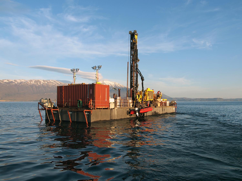 Die Bohrplattform auf dem Ohridsee im April 2013. Bild: Niklas Leicher