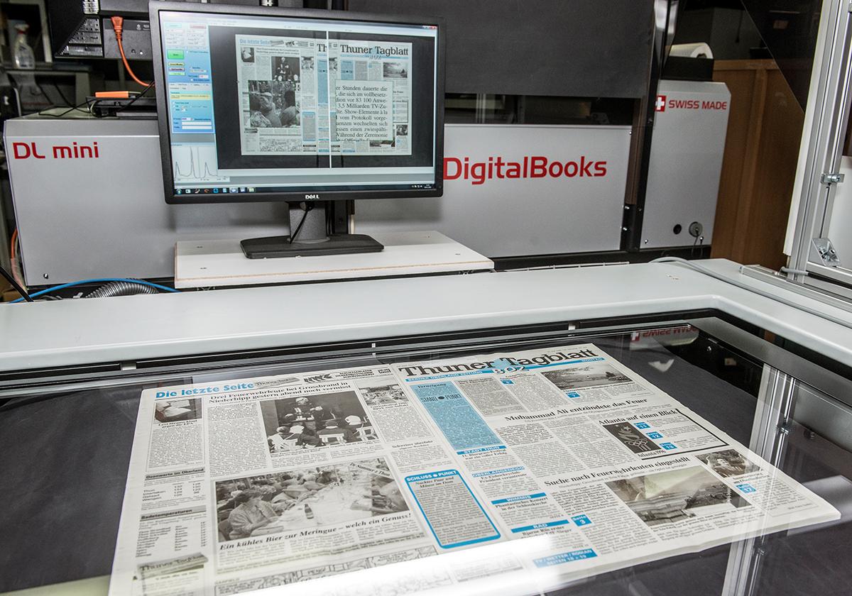 Ein Band des «Thuner Tagblatts» liegt auf dem Scanner einer Dienstleistungsfirma.