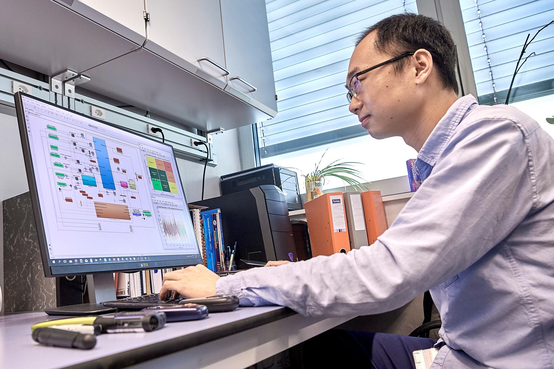 Qingnan Sun, Doktorand am ARTORG Center, mit dem lernfähigen Modell, das auf Grund der Gewohnheiten von Betroffenen fähig ist, personalisierte Empfehlungen zum Insulin-Einsatz zu geben. Bild: Adrian Moser