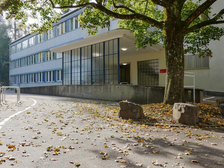 Zugang zum medizinischen Ausbildungsgebäude UniZiegler