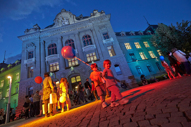 Anlass/Lange Nacht der Forschung/Besucher/Kinder mit Ballonen/Hauptgebäude beleuchtet/Nacht