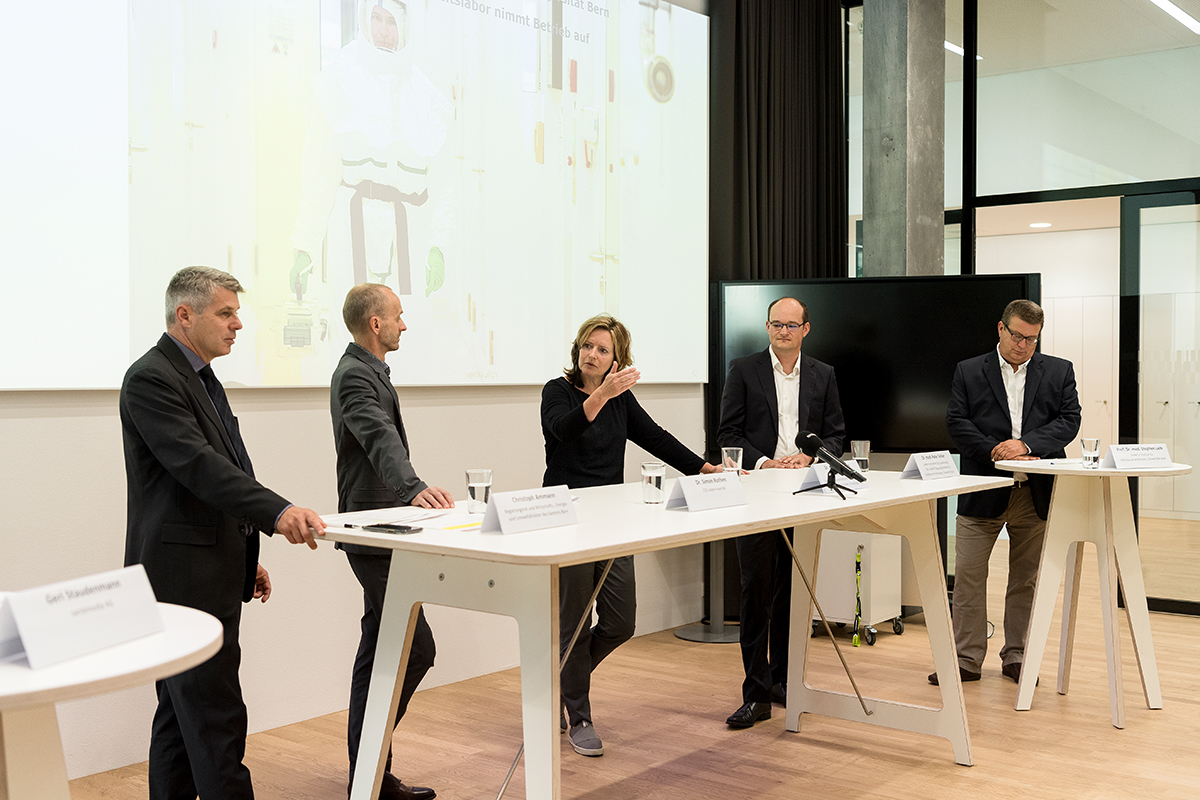 Member of the Executive Council Christoph Ammann, CEO of sitem-insel Simon Rothen, Kathrin Summermatter, Head of the Biosafety Center at IFIK, Peter Keller, Head of Mycobacteriology at IFIK, Stephen Leib, Director of the IFIK (from left to right).